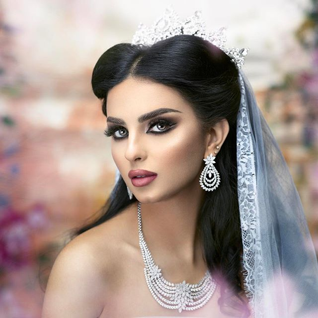 "مساء الخميس 😍 الونيس ... Makeup by me @makeupbymaisa  Photo by @alijaffarphoto  Hairstyle by talented @samaha_style  Model @nadinkhatib  Elegant jewerly @ahalarbashjewellery  Tiara by @tiarakwt  Lashes ""Nouf"" by @bj_lashes"