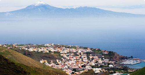 San Sebastián de La Gomera, met in de achtergrond El Teide (Tenerife)