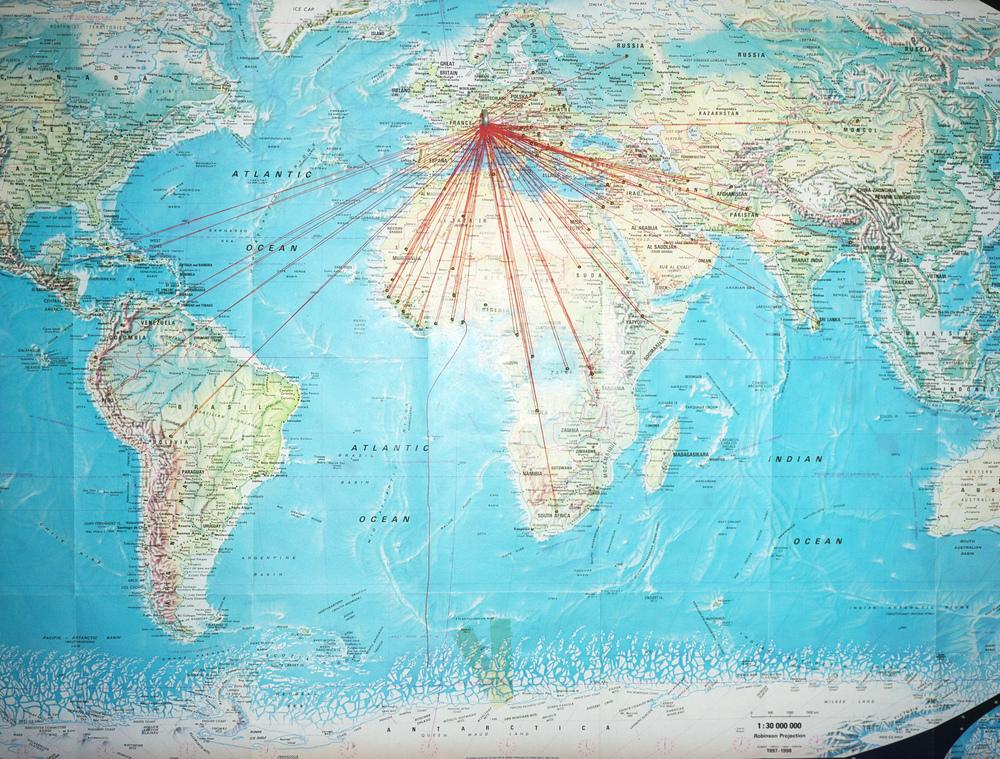 Centre d'hébergement de premier accueil à Couvet. Les gens ne restent ici pas plus de trois mois, les enfants ne vont pas à l'école mais ont des cours dans le centre. Une carte du monde avec les provenances des participants aux cours. Couvet, décembre 2008.