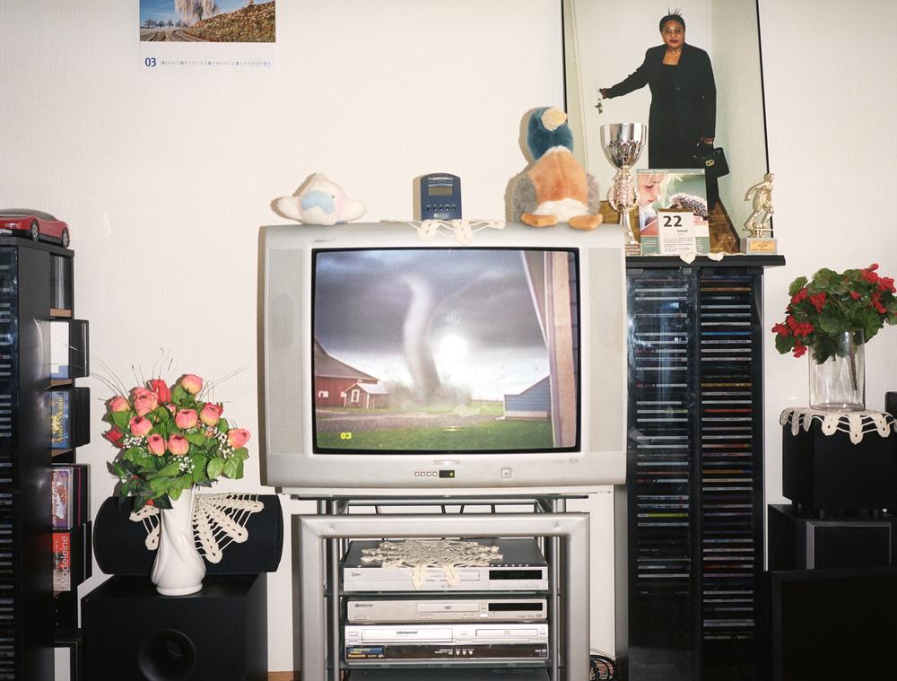 Salon d'un couple de requérants d'asile originaire d'Angola. Ils n'ont plus droit à l'aide sociale depuis mars 2008 et ont reçu une lettre d'expulsion de leur appartement. Sans revenus, leur perspective est d'aller vivre dans un des foyers gérés par l'entreprise privée, ORS Service AG, qui encadre les requérants d'asile dans le canton de Fribourg. Fribourg, mars 2008.
