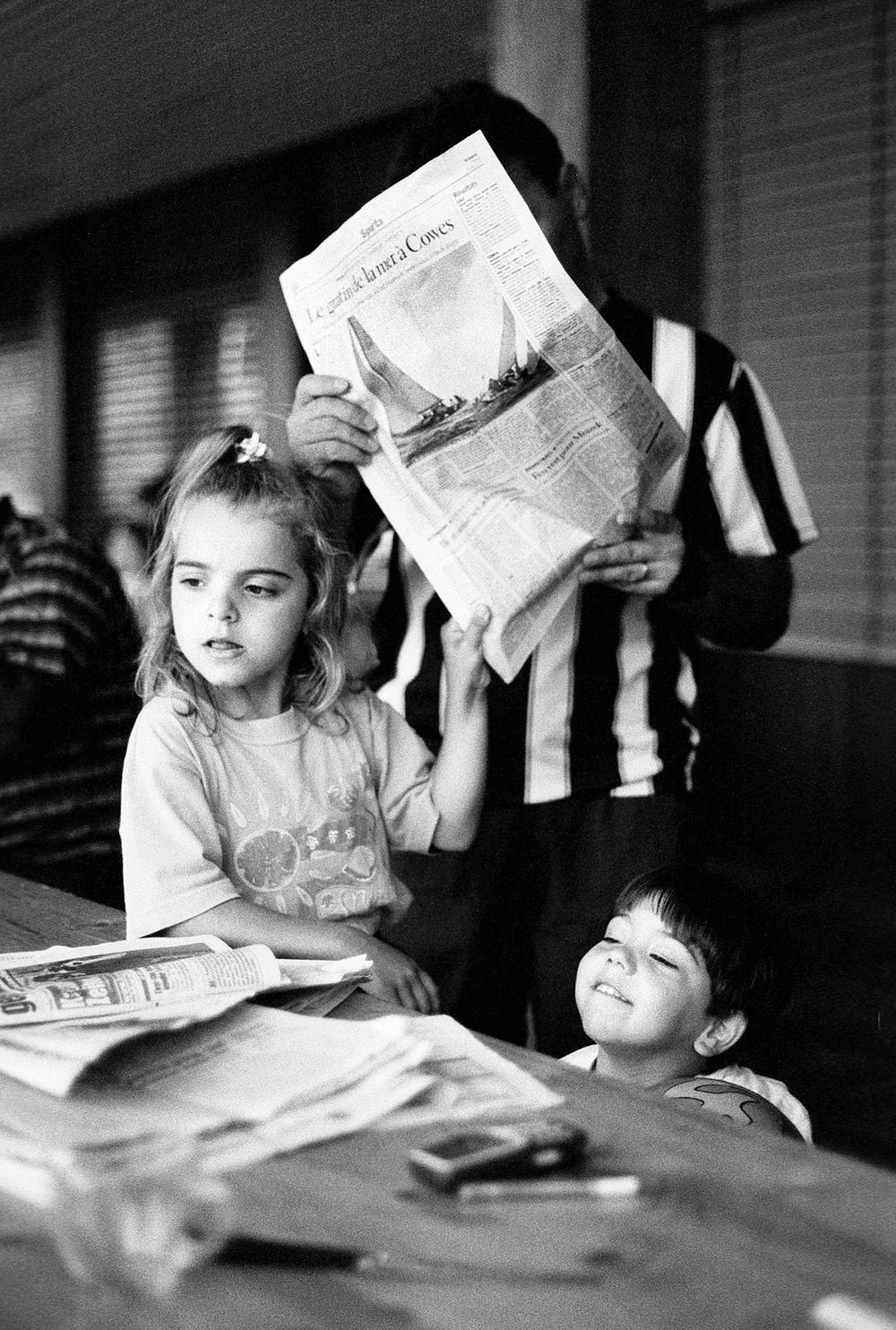 Les sans-papiers font les gros titres aujourd'hui. Un père de famille lisant le journal du jour.Fribourg, le 21 août 2001.