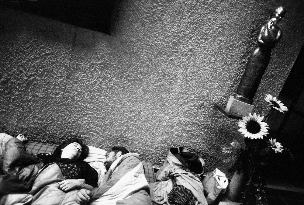 """Une partie des sans-papiers est retourné dormir dans l'église. La veille, le conseil de paroisse a demandé une intervention de la force publique. Or selon les curés, les sans-papiers sont à l'abri tant qu'ils restent dans la """"maison de Dieu"""".Fribourg, le 24 juillet 2001."""