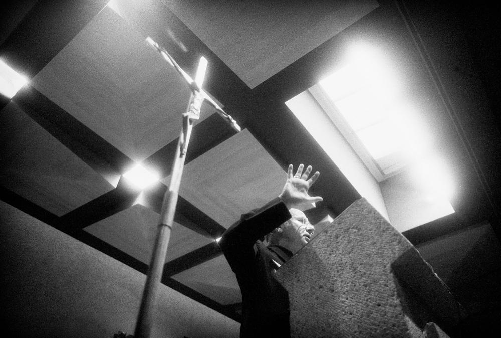 Mgr Gaillot est venu rendre visite aux sans-papiers. Ici, dans l'église, l'évêque raconte son expérience française aux paroissiens et autres spectateurs.Fribourg, le 20 juillet 2001.