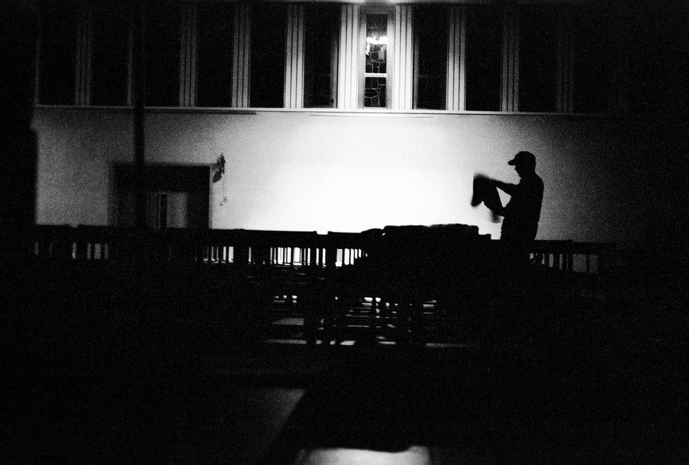 Préparatifs pour passer la nuit dans l'église. Fribourg, le 9 juin 2001.