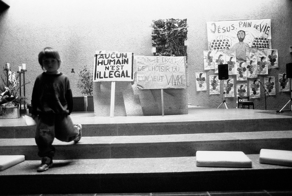 Premier jour de l'occupation, dans l'église. Fribourg, le 4 juin 2001.