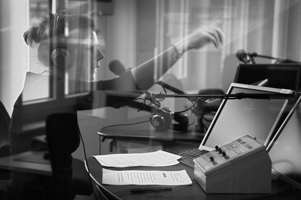 Dans les studios de la chaine de radio  la 1ère , à Lausanne.