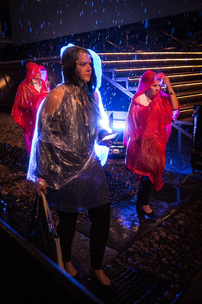 Un orage est venu perturber la cérémonie de remise du Leopard Club Award à l'actrice américaine Meg Ryan. Des invités sous la pluie.