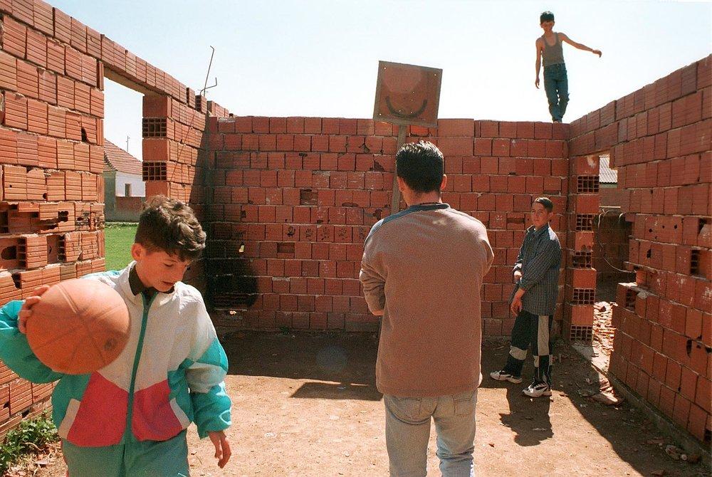 Un terrain de basket post-guerre, improvisé par les jeunes du quartier. Partout on se bricole une vie normale avec ce qu'il reste.Pierre-Yves Massot. Ferizaj, avril 2000.