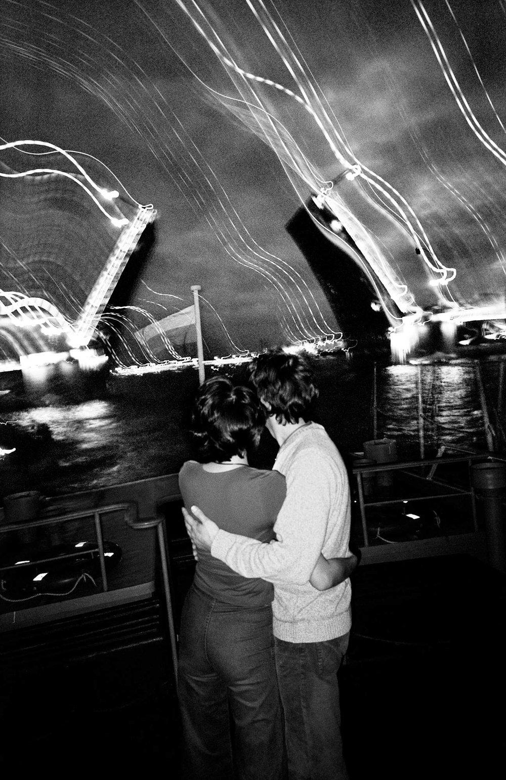 Un couple sur le pont d'un petit bateau lors d'une fête. Saint-Petersbourg, Russie, 2003.