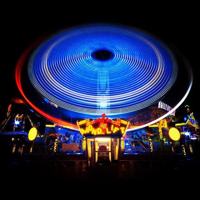 🌙 Mondlift. Schnell weg hier.... 🌨❄️☃️. #volksfestzeit #muenchenstagram #munichworld #farbenfroh #colourful_shots #dazzlingblue #wuvworte #munichworld #bavarianstyle