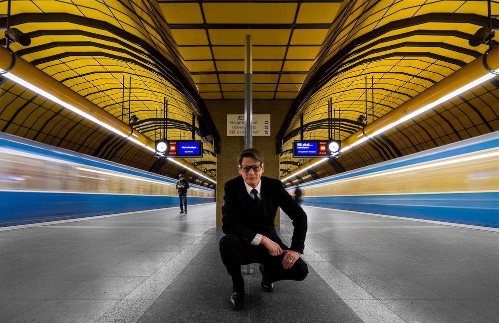 Joe Plasmatico / Fotografie - Joe startete seine fotografischen Arbeiten in 2013 auf #500px. Nur ein paar Monate später wurden seine künstlerischen Aufnahmen von Münchner Treppenhäusern viral verbreitet. Kurz danach ging er in den Untergrund und verpasste der Münchner Ubahn ein Facelift. Die Fusion aus purer Symmetrie, Geschwindigkeit & Ruhe, gespickt mit einer Prise Humor, wurde zu seinem Markenzeichen. Mittlerweile ist er aus dem Untergrund aufgetaucht, um sich mit Landschaften, Architektur und PR-Fotografie zu beschäftigen.
