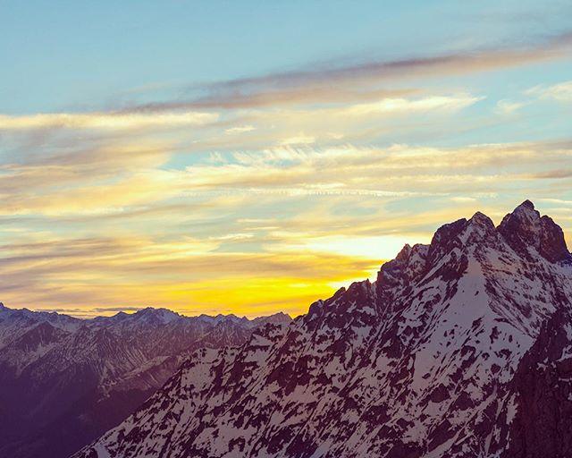 The Rock. // Wir haben uns in unserem Blog mal mit dem Thema Markenführung und Haltung beschäftigt. Ja gerade heiß diskutiert in der Szene. // {Link zum Artikel in Bio !!! }#markenvonmorgen #strategie #pragentur #markenführung #echtwort #haltung #statement #austria #innsbruck #hafelekarspitze #contentmarketing #blogpost #natureshot #naturfotografie #munichandthemountains #munichworld #landschaftsfotografie