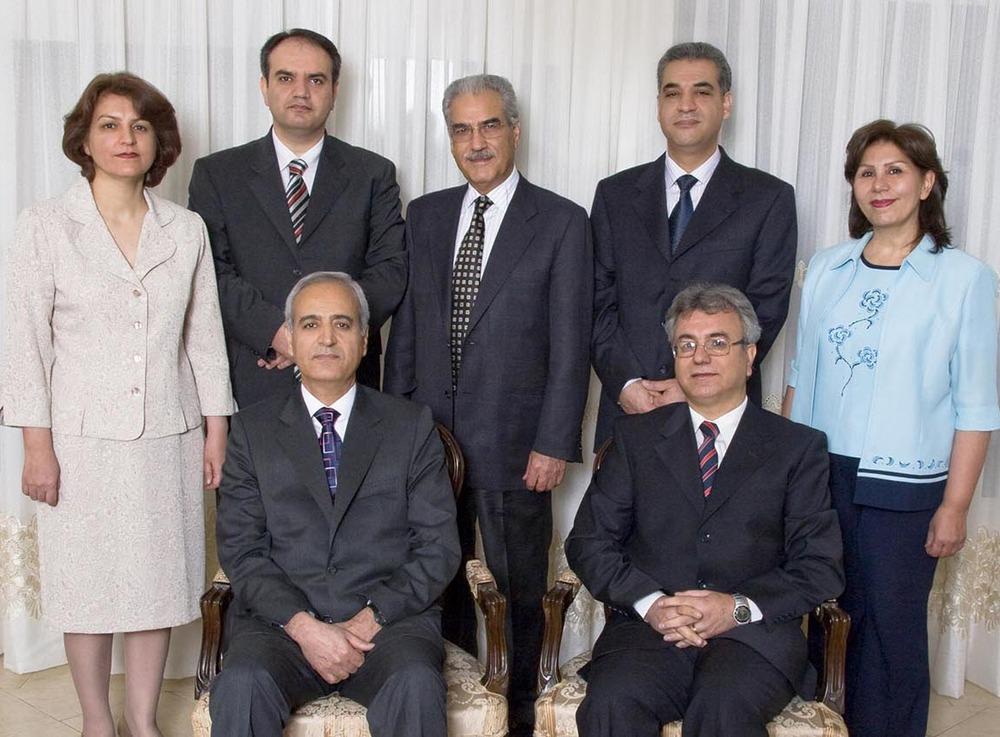De syv fengslede bahá'íene er, øverst f.v. Fariba Kamalabadi, Vahid Tizfahm, Jamaloddin Khanjani, Afif Naeimi og Mahvash Sabet. Under f.v.: Behrouz Tavakkoli og Saeid Rezaie.