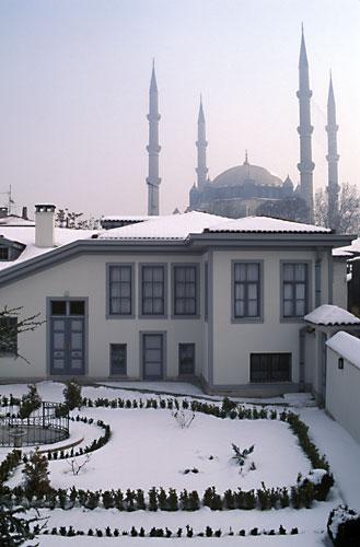 Slik ser huset til Rida Big ut I dag, der Bahá'u'lláh hadde tilhold i Adrianopel i ett år. Moskeen til Sultan Salim kan sees i bakgrunnen. FOTO: bahai.org