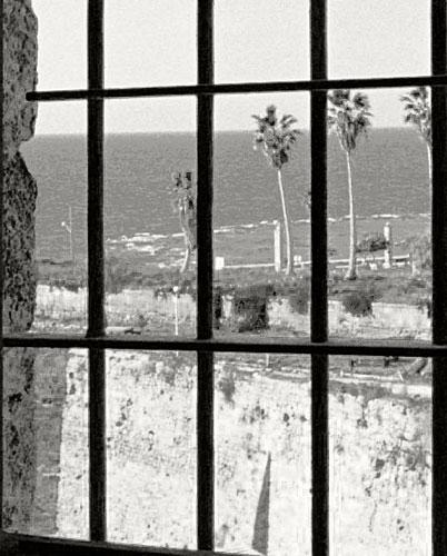 Sjøen sett gjennom Bahá'u'lláhs fengselsgitter. FOTO: bahai.org