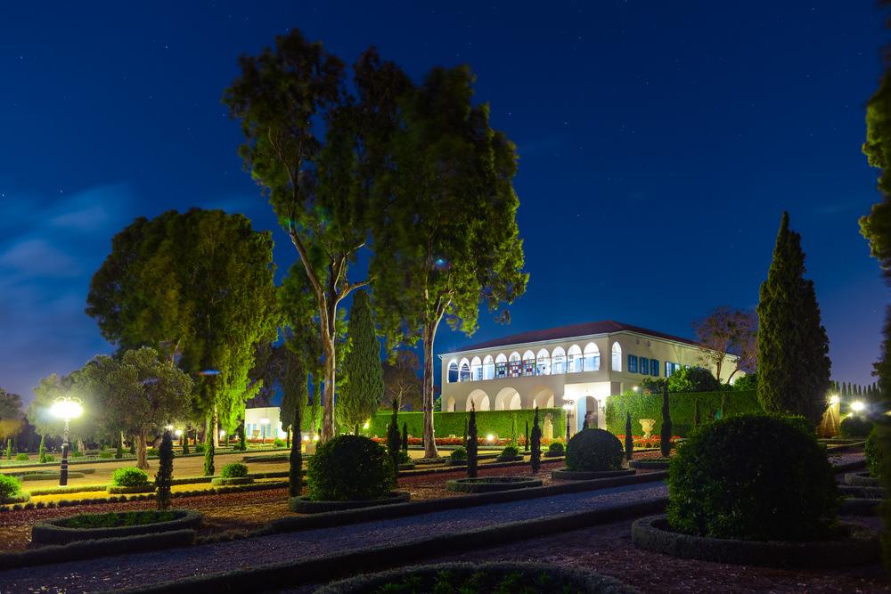 Utsikt over Bahjí som viser den hvite herregården og Bahá'u'lláhs gravmæle. FOTO: Sina Bahrami