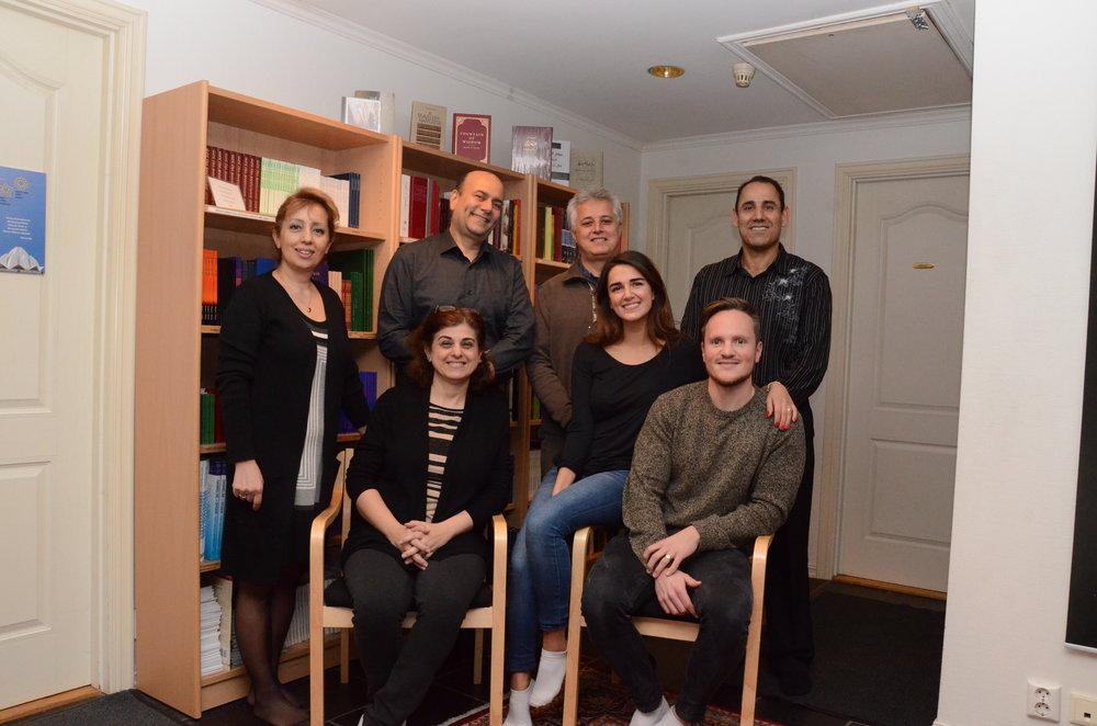 Sommerskolekomitéen. Fra venstre:Mahsa Mahmodzadeh, Houshyar Sabetrasekh,Shoja Fallah,Aydin Haeger,Keyvan Hemmat, Mehrnaz Moghaddas (sittende venstre)og Adam Haeger (sittende høyre).