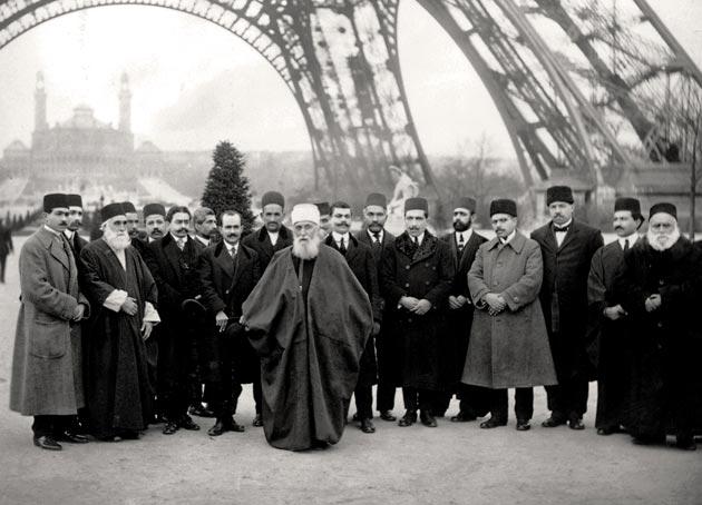 'Abdu'l-Bahá og hans følge under Eiffeltårnet i Paris i 1912.