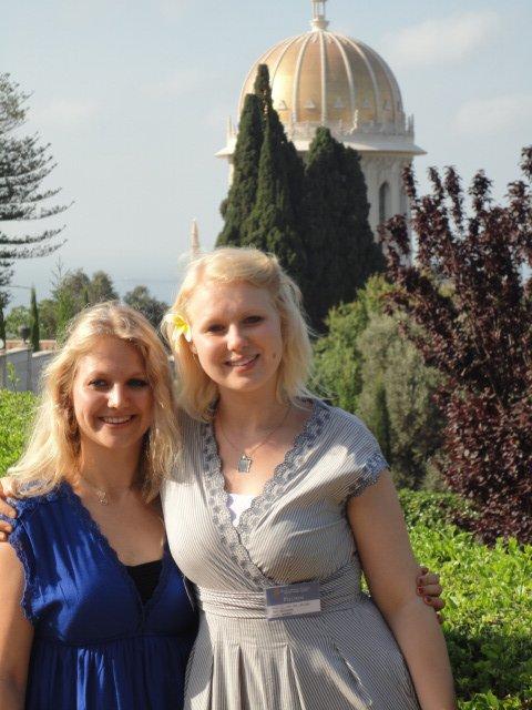 SØSTRE: Guro Dobie Wallace (t.h.) og søsteren Borghild i Haifa for noen år siden. Foto: PRIVAT