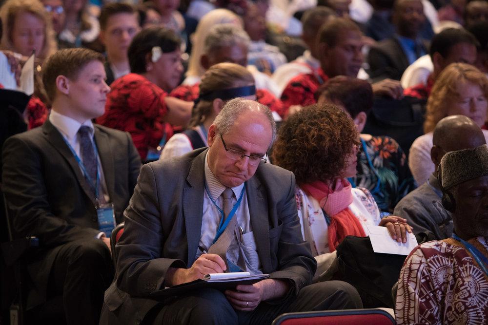 Delegatene, som er medlemmer av nasjonale åndelige råd i verden, stemmer på dem de mener egner seg best for medlemskap på Det Universelle Rettferdighetens Hus. Foto: bahai.org