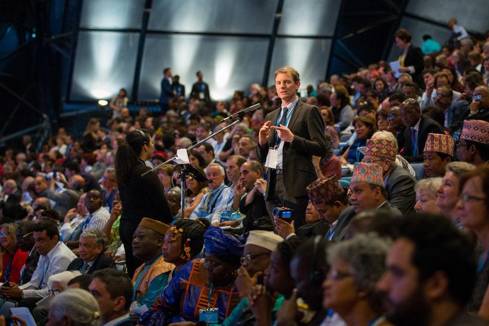 En delegat fra New Zealand bidrar med erfaringer fra sitt samfunn. Foto: bahai.org