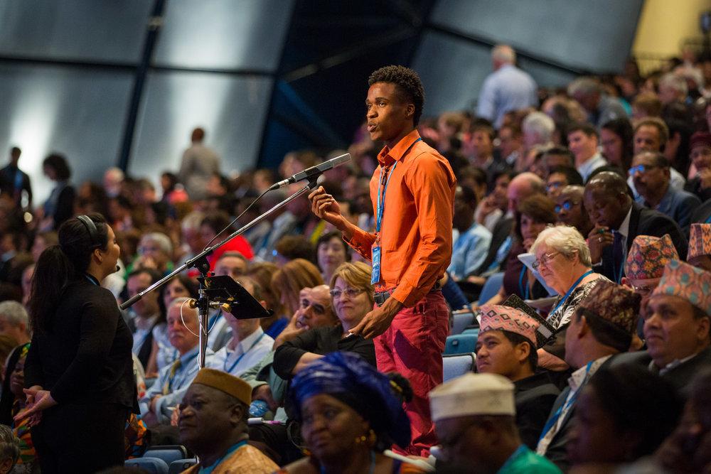 En delegat fra Jamaica bidrar med sine kommentarer. Foto: bahai.org