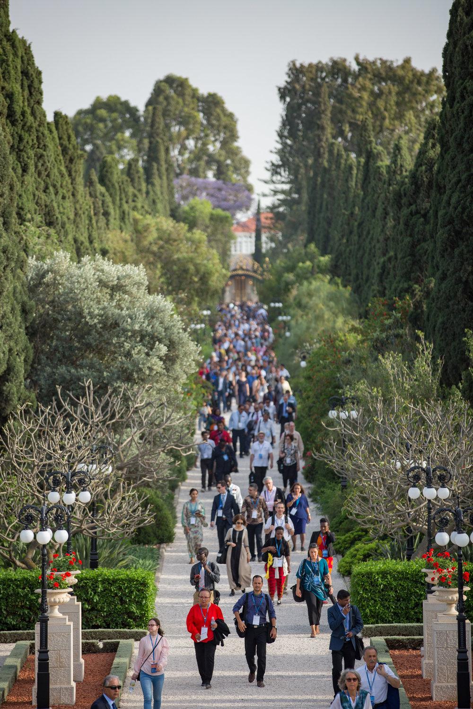 Delegatene, på vei tilbake fra Bahá'u'lláhs gravmæle. Foto: bahai.org