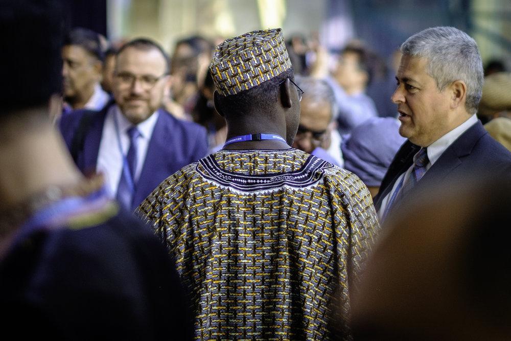 Delegatene er på vei til auditoriet. Foto: Nasjonalt Åndelig Råd.