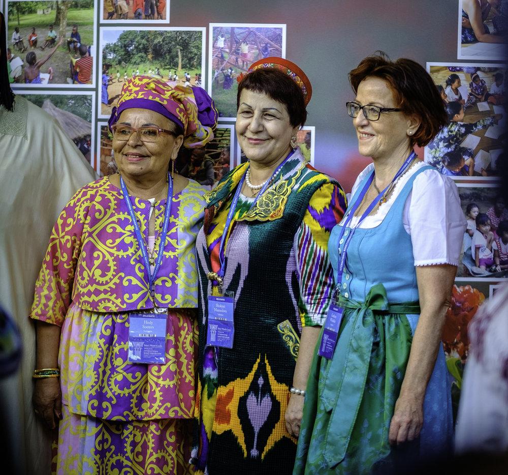 Delegater blir fotografert. Foto: Nasjonalt Åndelig Råd.