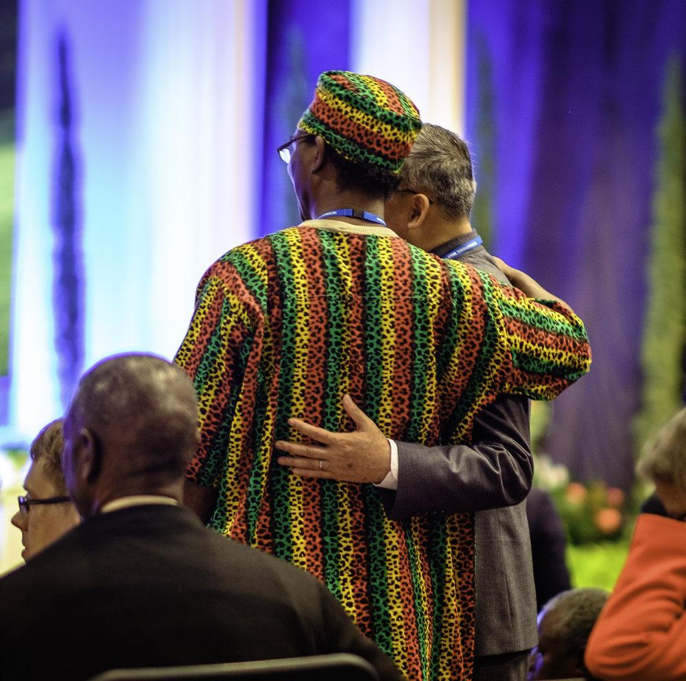 Delegater tar bilde med hverandre. Foto: Nasjonalt Åndelig Råd.