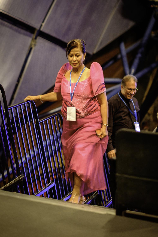 En delegat på vei inn i auditoriet. Foto: Nasjonalt Åndelig Råd.