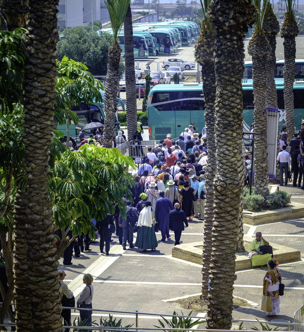 Delegatene forlater Haifa Convention Centre for å dra til Bahji, Akka, for bønn og meditasjon ved Bahá'u'lláhs gravmæle. Foto: Nasjonalt Åndelig Råd.