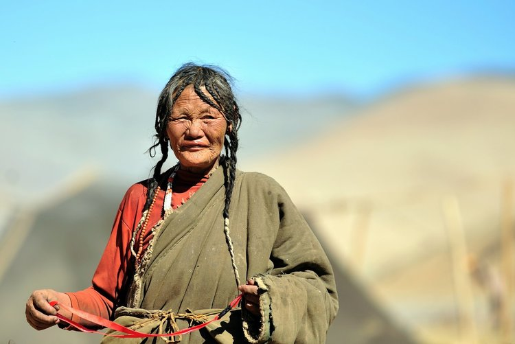 A Tibetan woman in Saga County, Tibet / Source: via Wikimedia