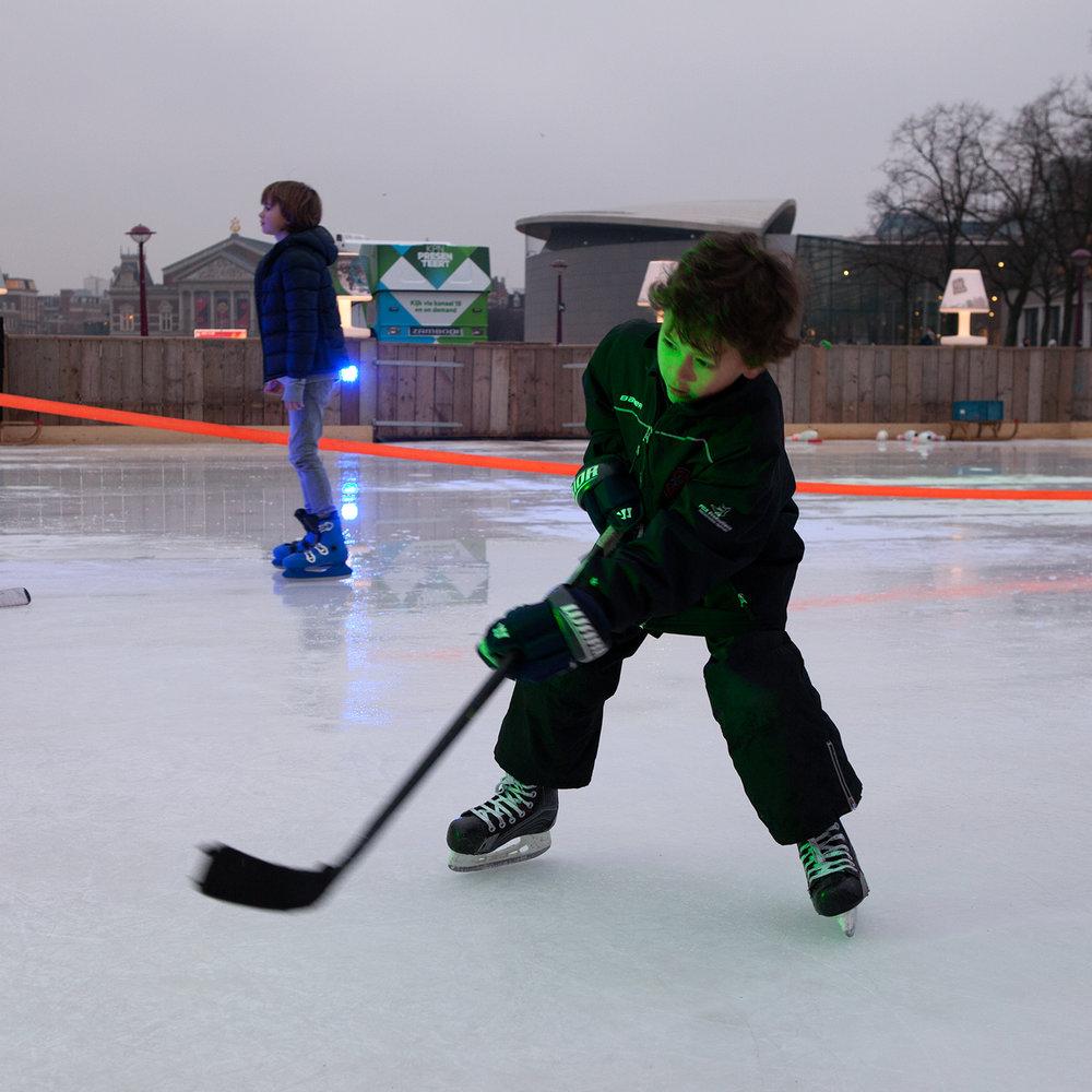 Ik ben Fedde, 6 jaar. Ik zit samen met mijn broer op ijshockey. We oefenen ook op het museumplein.