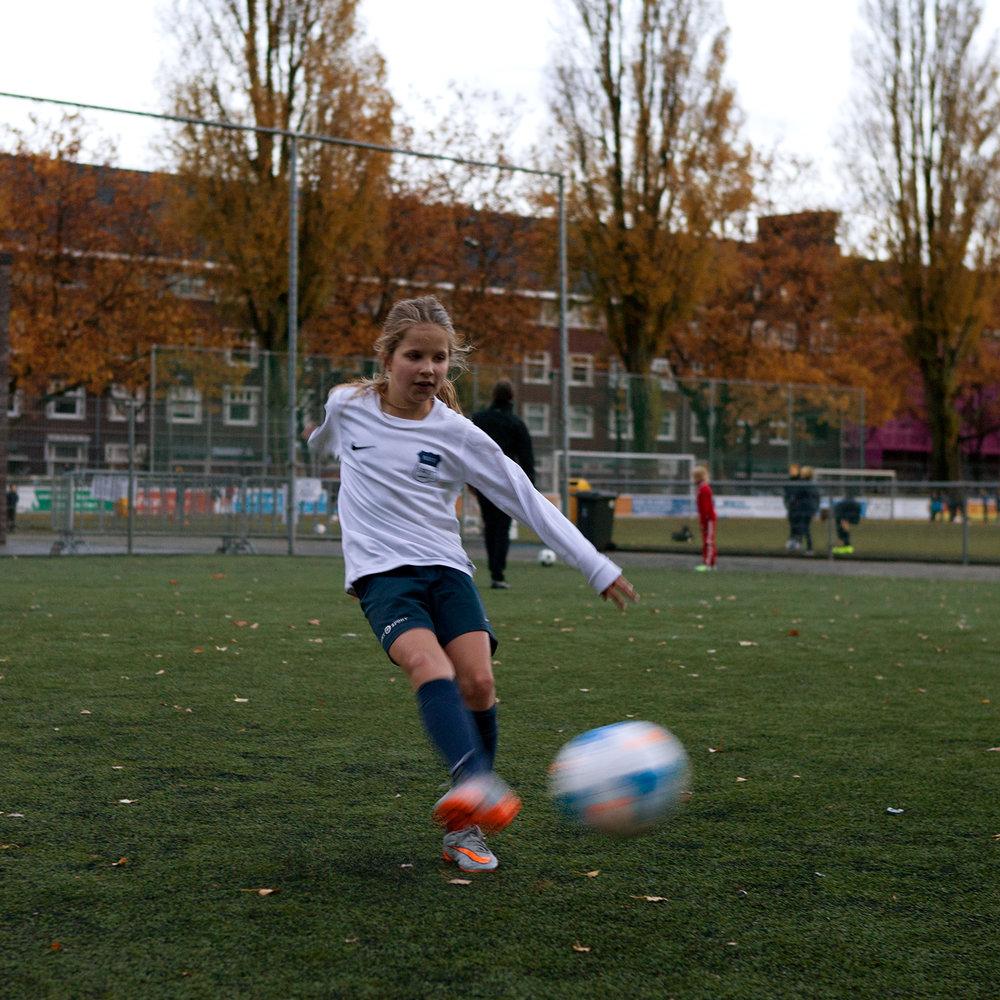 Ik ben Lotus, 10 jaar. Ik zit drie jaar op voetbal. In mijn team zitten allemaal vriendinnen.