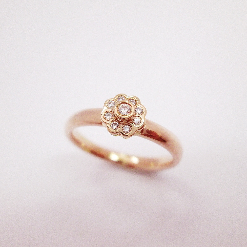 Prsten v růžovém zlatě 585,1000,brilianty 8 ks. SiG 0,048ct.,1ks. VSG 0,02ct.Cena 11200,Kč.KOD 5511.JPG