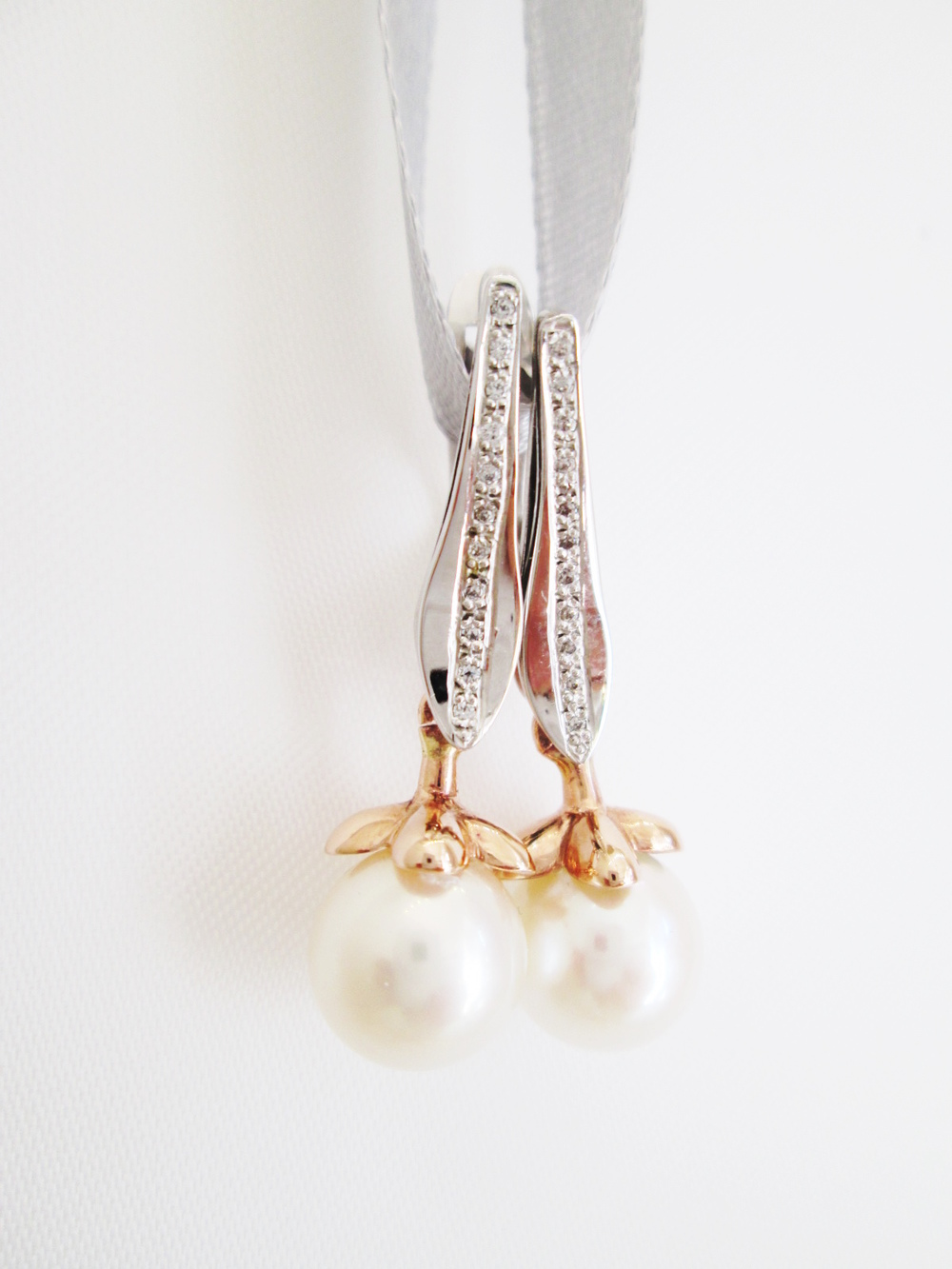Náušnice,bílé a růžové zlato 585'/1000, zirkony a přírodní perly o průměru 10 mm, délka náušnic 3,5 cm.  Cena: 14000.-Kč.