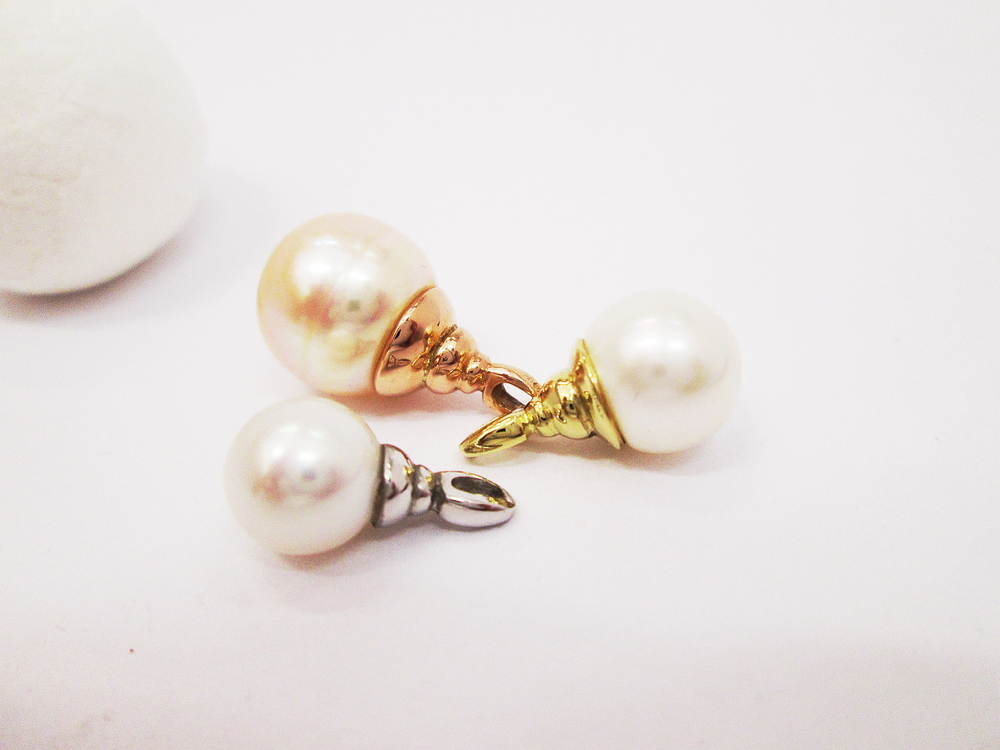 Perlové přívěšky ve třech barvách zlata ryzosti 585/1000, průměr přírodních perel od 8,5 mm do 12 mm.