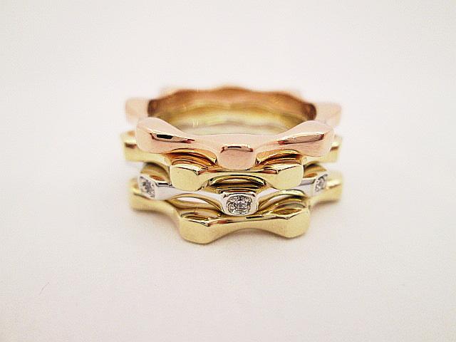 Zlaté kroužky ve třech barvách zlata 585/1000.  Cena jednoho kroužku je4500,-Kč.