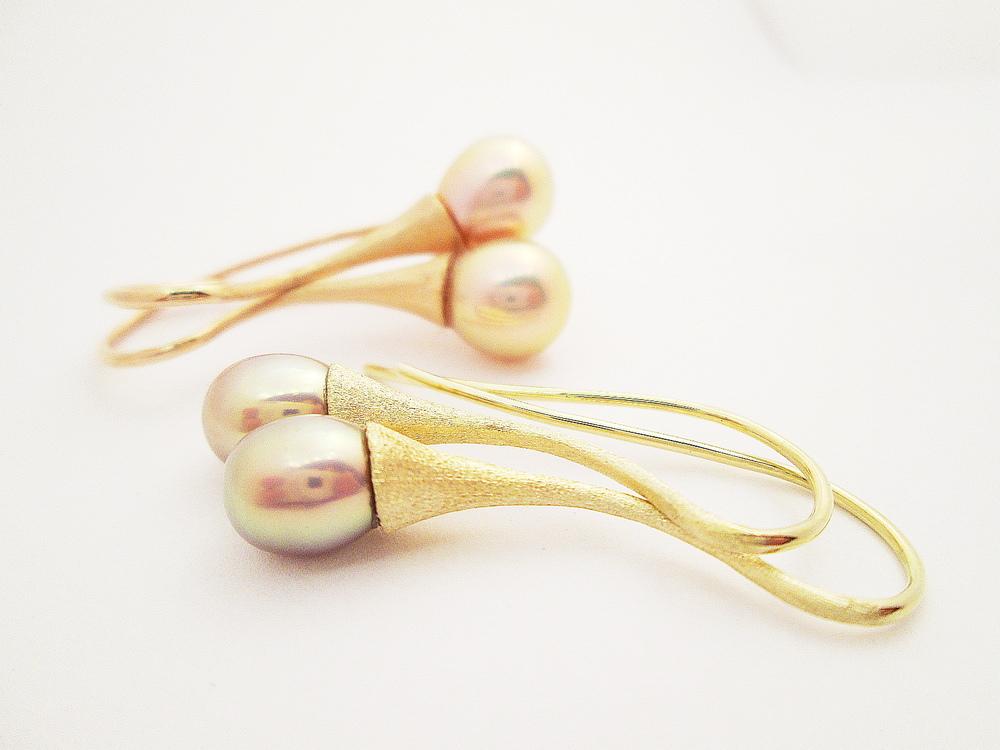 Visací náušnice ve žlutém a růžovém zlatě 585/1000 se sladkovodními perlami o průměru 8 -9mm.  Cena: 9200,-Kč.