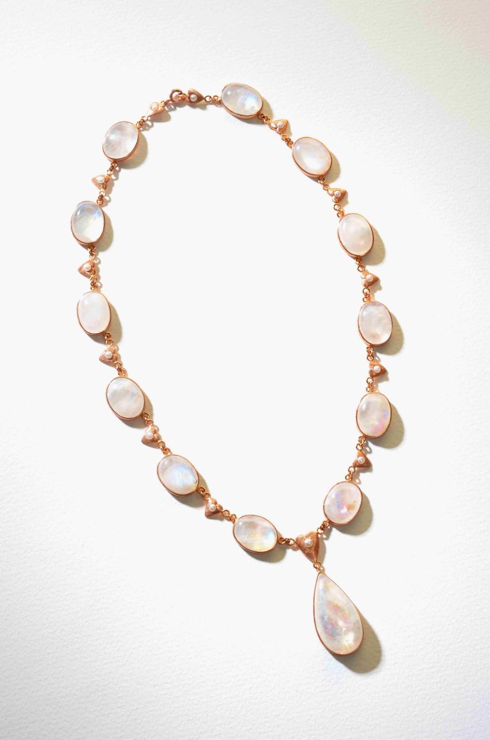 Náhrdelníkv růžovém zlatě 585/1000 s přírodním měsíčkem a perličkou.