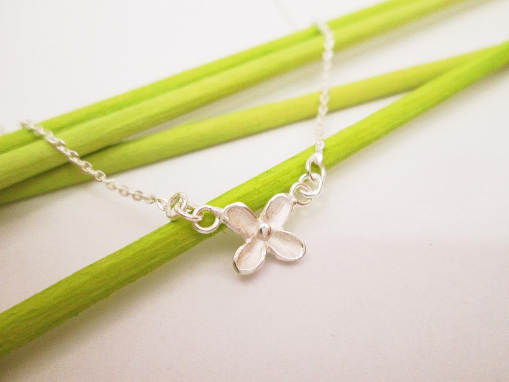 Jemný náhrdelník s jedním květem,stříbro 925,1000,dl.38-45cm.Kolekce DAYEF.Cena 980,-Kč.KOD 108.JPG