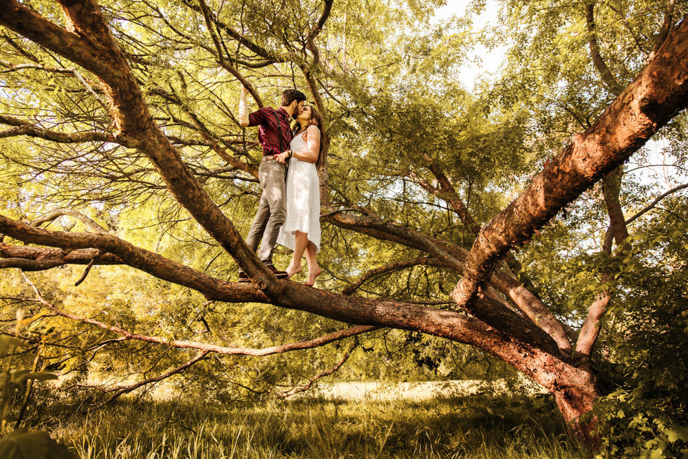 Wedding-outdoor-spencer-wallace-photo-kiss-trees.jpg