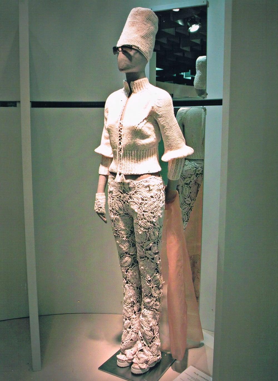 Blouson lavorato ai ferri con dettagli di modellazione in cordonetto di cotone. Pantaloni in pizzo all'uncinetto.