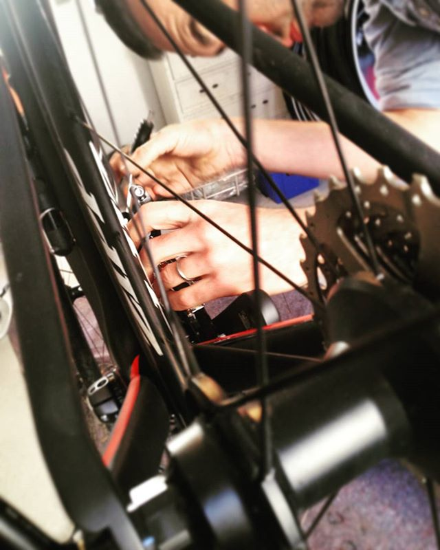 Working on a sweet road bike conversion. Upgrade from 105 to Ultegra, including a nice BB adaptor from PraxisWorks.  #roadbike #racercykel #specialized #praxisworks #shimano #ultegra #zipp #bikeshop #repairshop #cykelbutik #cykelværksted #aarhus #fixfinito #denmark