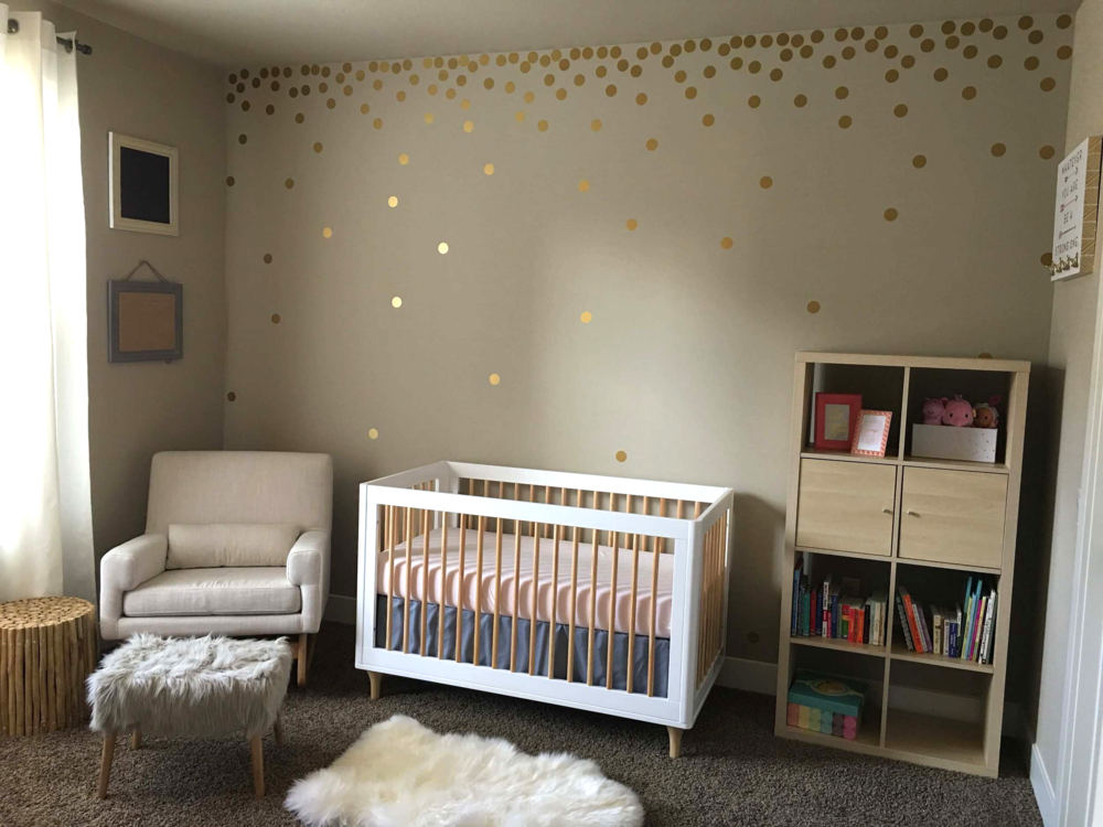 I'm obsessed with this gold dot confetti wall!