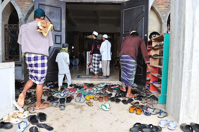 In Merauke, Papua, Indonesia, prayer attendees climb over the shoes left at the door of the mosque. With more than 202 million Muslims, over 87% of its population, Indonesia is the world's largest Muslim majority nation. -⠀ #photojournalist #photodoucumentary #reportagespotlight #ngostorytelling #ngo #ngophotographers #ngophotography #nonprofitorganization #nonprofitwork #thegreatcommission #greatcommission #communityservice #missions #seekhimfirst #loveothers #helpthoseinneed #loveothers #liveauthentic #alifealive #folkgood #forgeyourownpath #gobe #socality #finditliveit #impact #advocacy #aspire #connected #compassion #givehope