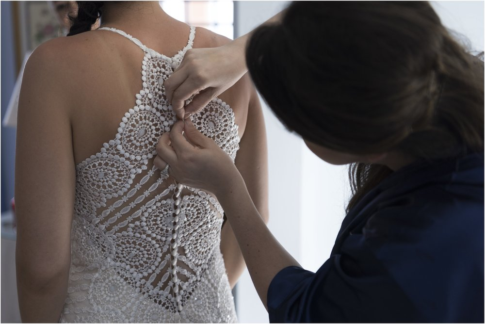 ©FianderFoto_Alyse_Stevie_Getting into Dress.jpg