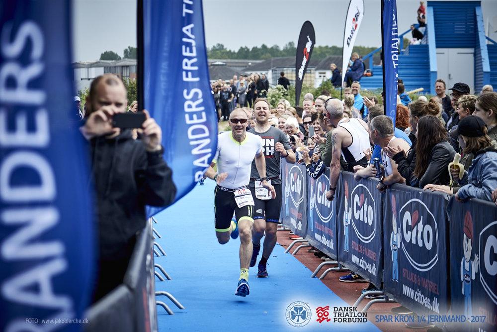 PRÆSENTATION   Triathlonstævne i hjertet af Randers med svømning i Danmarks eneste flod. Distancen er 950m svømning, 45 km cykling og 10,5 km løb. Stævnet arrangeres i samarbejde med Dansk Triatlon Forbund.   Læs mere her