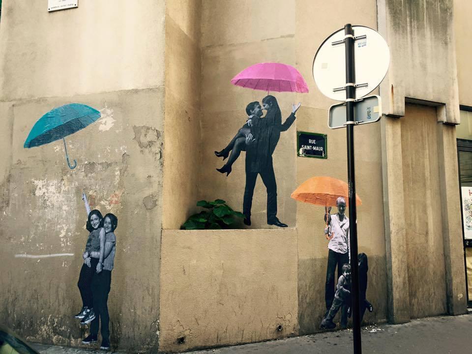 Avec Le Mouvement, Riks, Romano et Tiez collent dans Paris des photos de couples abrités sous un parapluie. Riks nous parle de cette aventure d'art urbain poétique et politique  .